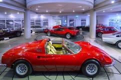 Ferrari Dino 246 GTS en Ferrari 365 GT4 Berlinetta-Bokser in Helleens Motormuseum stock fotografie