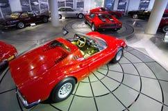 Ferrari Dino 246 GTS en Ferrari 365 GT4 Berlinetta-Bokser in Helleens Motormuseum royalty-vrije stock fotografie