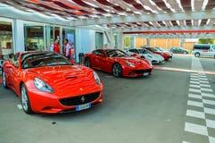 Ferrari en un estacionamiento Imagen de archivo