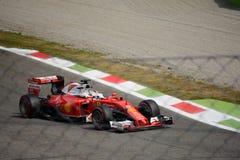 Ferrari formel 1 på Monza som är drivande vid Sebastian Vettel Arkivfoto