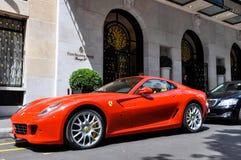 Ferrari 599 GTB Fiorano på det George V hotellet i Paris Arkivbilder