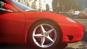 Ferrari luxuoso rápido vermelho 430 sob o sol da luz do dia com alargamento da lente fotografia de stock