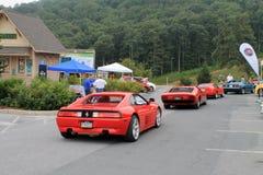 Ferrari och annan italiensk sportbilkörning ner kullen Arkivbilder