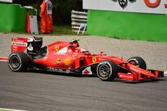 Ferrari SF15-T F1 som är drivande vid Kimi Räikkönen på Monza Royaltyfria Foton