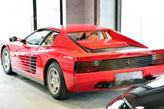 Ferrari Testarossa sulla sala d'esposizione dell'esposizione immagini stock libere da diritti