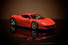 Ferrari unter dem Scheinwerfer stockfotografie