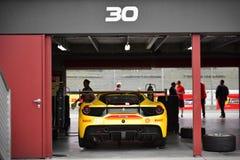 Ferrari 488 wyzwanie w garażu przy Ferrari wyzwania Asia Pacific seriami ściga się na Kwietniu 15, 2018 w Hampton Zestrzela fotografia royalty free