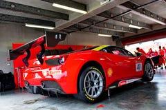 Ferrari 488 wyzwanie w garażu przy Ferrari wyzwania Asia Pacific seriami ściga się na Kwietniu 15, 2018 w Hampton Zestrzela zdjęcia stock