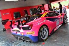 Ferrari 488 wyzwanie w garażu przy Ferrari wyzwania Asia Pacific seriami ściga się na Kwietniu 15, 2018 w Hampton Zestrzela zdjęcie stock