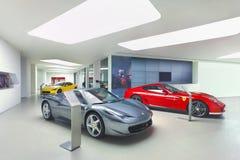 Ferraris en una sala de exposición moderna, Pekín, China Imagen de archivo libre de regalías