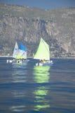 孩子在口岸的航行学校在圣徒吉恩盖帽Ferrat,法国海滨,法国 免版税库存图片