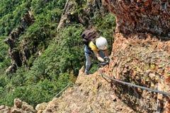 登山人通过ferrata 图库摄影