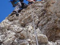 Ferrata La scalata, la roccia di attimo di Stalseil e sopra sono l'alpinista immagini stock libere da diritti