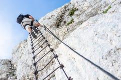 Ferrata - Mann, der einen Berg klettert lizenzfreies stockfoto