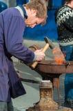 Ferreiro Heating o ferro fotos de stock royalty free