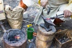 Ferreiro que martela a seta quente do metal Imagem de Stock Royalty Free