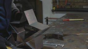 Ferreiro que trabalha com detalhe decorativo do metal em sua oficina video estoque