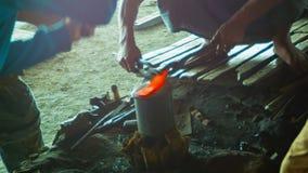 Ferreiros no trabalho na forja Fotos de Stock