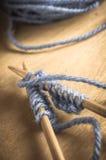Ferri da maglia con filato Immagine Stock