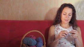 Ferri da maglia della ragazza archivi video