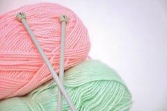 Ferri da maglia e filato Fotografia Stock