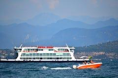 Ferri fartyg på Garda sjön nordliga Italien arkivfoton