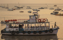 Ferries colorés près du passage à l'Inde Image stock