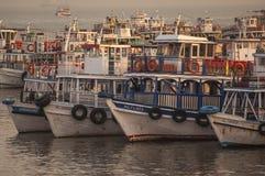 Ferries colorés près du passage à l'Inde Photos libres de droits