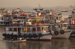Ferries colorés près du passage à l'Inde photographie stock libre de droits