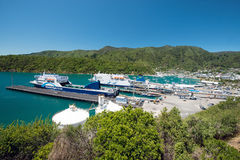Ferries dans le port de Picton, Nouvelle-Zélande Photographie stock libre de droits