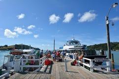 Ferries dans le quai de Sandspit vers l'île de Kawau, Nouvelle-Zélande Photos libres de droits
