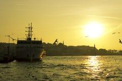Ferries sur le port image stock
