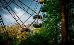 ferris老轮子 乘客摊和一个老公园 库存图片