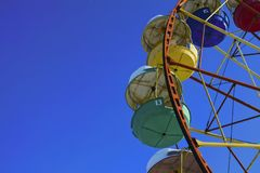 ferris катят на предпосылку голубого неба зимы стоковые фото