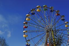 ferris катят на предпосылку голубого неба зимы стоковые изображения rf