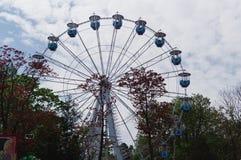 Ferris катит внутри город Калининграда стоковые изображения rf