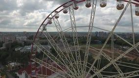 Ferris катит внутри парк атракционов в центре города видеоматериал