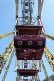 Κινηματογράφηση σε πρώτο πλάνο καμπινών ροδών Ferris ενάντια στο μπλε ουρανό Στοκ Φωτογραφία