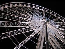 ferris ciemną noc nieba nad white kół Zdjęcie Royalty Free