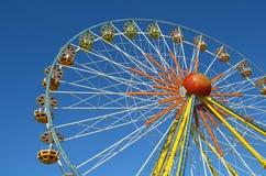 Ferris colorido roda dentro um parque de diversões fotos de stock