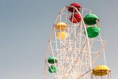 Ferris of duivelswiel tegen blauwe hemelachtergrond stock foto's