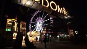 Ferris et attractions aux DOM d'hamburger loyalement banque de vidéos