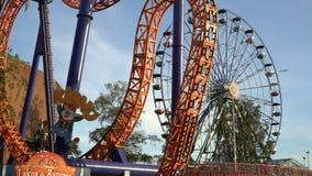 Ferris inny i koło jedziemy w parku rozrywki Czasu upływ zdjęcie wideo