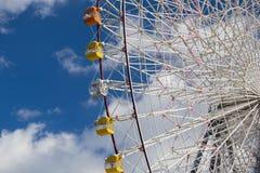 Ferris jätte- hjul mot blå himmel I Arkivfoton