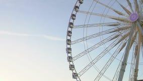 Ferris koła kręcenie wokoło parka, symbol świąteczny sezon, pejzażu miejskiego dopatrywanie zdjęcie wideo