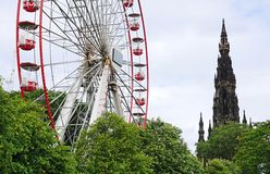 Ferris koło I Scott zabytek, książe Uliczni ogródy, Edynburg, Szkocja Obrazy Stock