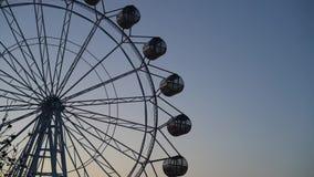 Ferris koło krąży przeciw niebieskiemu niebu zbiory