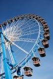 Ferris koło przeciw jasnemu niebieskiemu niebu Obraz Stock