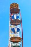 Ferris koło przeciw jasnemu niebieskiemu niebu Zdjęcie Royalty Free