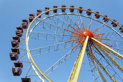 Ferris koło przeciw niebieskiemu niebu Zdjęcie Royalty Free